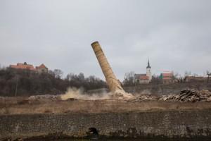 Schornstein von ehemaligen Fluorwerk in Dohna gesprengt